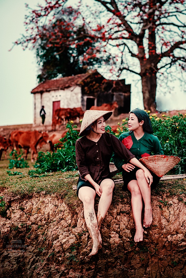 Dưới gốc cây gạo là nơi người dân địa phương thường ngồi trò chuyện, ngơi nghỉ sau buổi làm đồng mệt nhọc.