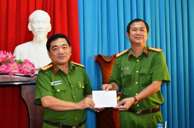 Khen thưởng tập thể công an huyện Mỏ Cày Nam phá nhanh vụ án trộm tiệm vàng