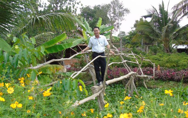 Trong vườn du lịch của ông Liền có đầy đủ hoa trái, các cây cầu khỉ được thiết kể để khách qua lại giữa các địa điểm của kh vườn