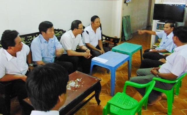 Đoàn công tác Ủy ban ATGTQG đến thăm gia đình nạn nhân Trần Tú Trân tại xã Long Điền.