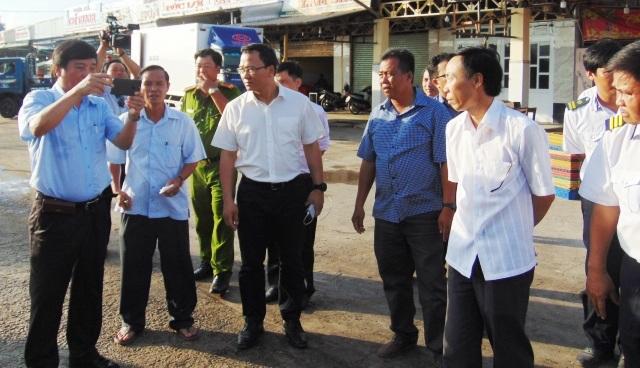 Đoàn khảo sát cảng Gành Hào, nơi gần khu vực xảy ra tai nạn và nghe lãnh đạo địa phương trao đổi về vụ chìm tàu.