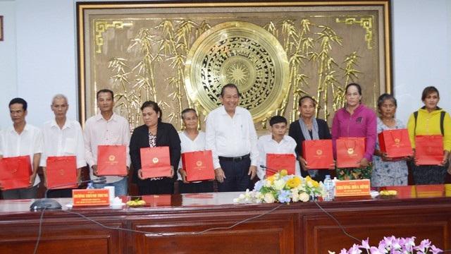 Phó Thủ tướng Thường trực Trương Hòa Bình tặng quà cho các hộ nghèo. (Ảnh: CTV)