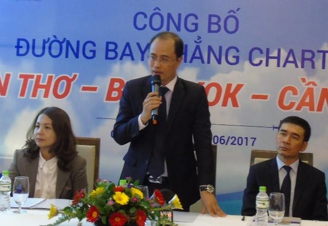 Ông Trần Tường Huy - Tổng giám đốc WorldTrans trả lời câu hỏi của các nhà báo về các chuyến bay từ Cần Thơ - Thái Lan