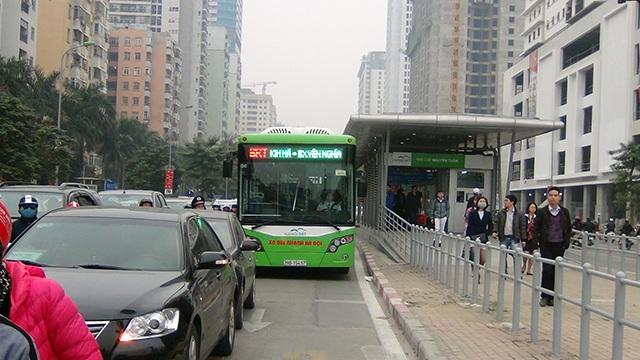 Chiếc xe buýt nhanh di chuyển rất vất vả ngay khi rời nhà chờ trên đường Lê Văn Lương.