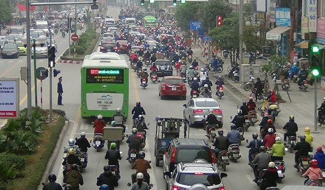 Những điểm ùn tắc, ô tô, xe máy tràn vào phần đường dành cho xe buýt.