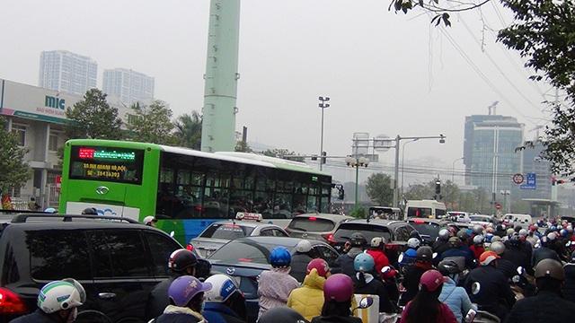 Dòng phương tiện ùn ứ trê đường Lê Văn Lương, buýt nhanh bất đắc dĩ thành buýt chậm.