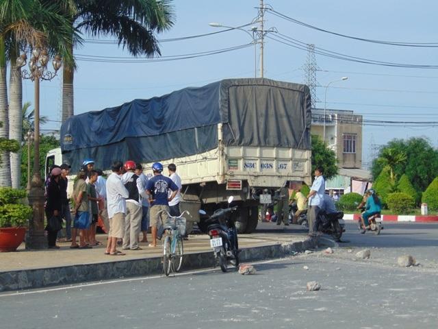 ... chiếc xe tải lao thằng lên khuôn viên vòng xoay tượng đài.