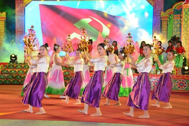 Múa Khmer tại đêm khai mạc Lễ hội Ok Om Bok Sóc Trăng năm 2017.