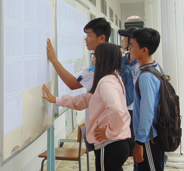 Thí sinh Bạc Liêu đến xem danh sách tìm phòng thi.