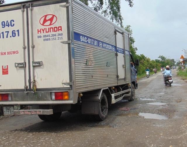 Tuyến Hương lộ 6 từ trung tâm TP Bạc Liêu về xã Hưng Thành (huyện Vĩnh Lợi) cũng là một tuyến đường xuống cấp gây bức xúc.