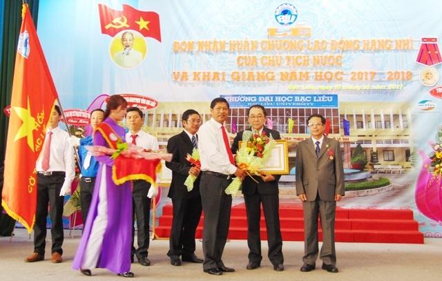 Lãnh đạo tỉnh Bạc Liêu trao Huân chương Lao động hạng Nhì của Chủ tịch nước cho lãnh đạo trường Đại học Bạc Liêu tại lễ khai giảng năm học mới 2017 - 2018.