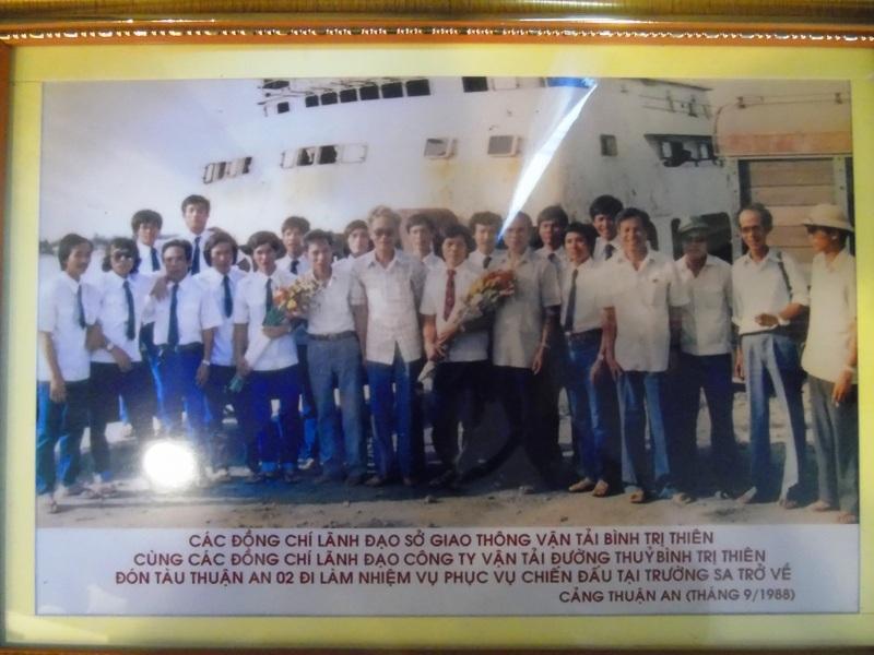 Các cán bộ, thuyền viên tàu Thuận An 02 đi làm nhiệm vụ phục vụ chiến đấu tại Trường Sa trở về cảng Thuận An tháng 9/1988