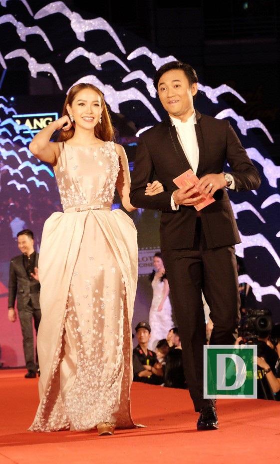 Quý Bình và Minh Hằng sải bước trên thảm đỏ đêm bế mạc Liên hoan phim Việt Nam lần thứ 20