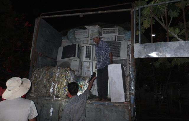 Hàng trăm máy lạnh được ngụy trang bên trong xe tải chở phế liệu