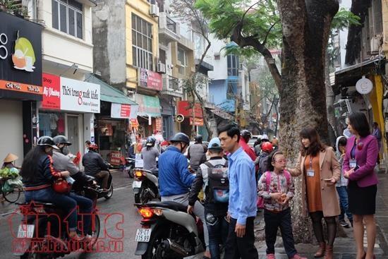 Ban giám hiệu, giáo viên, bảo vệ trường tiểu học Tràng An đón học sinh ngay phía ngoài cổng trường.