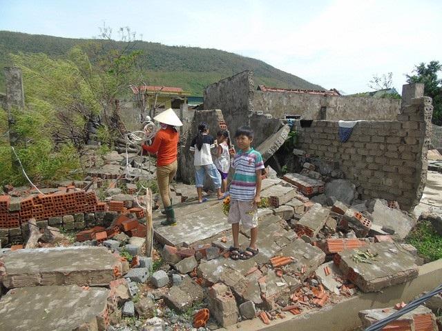 Khung cảnh tan hoang sau cơn bão số 10 vừa quét qua Quảng Bình