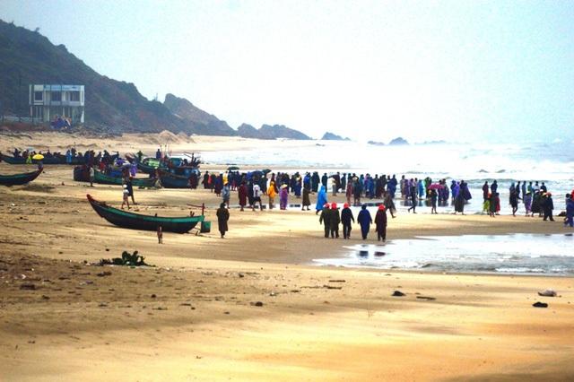 Hình ảnh tàu cá của ngư dân Quảng Bình bị sóng biển đánh chìm trước đó (Ảnh minh hoạ)