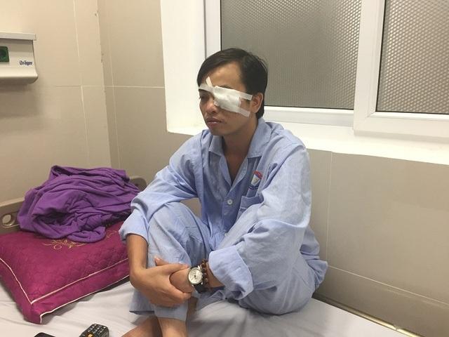 Bác sỹ Trần Văn Sơn bị nhóm côn đồ hành hung dẫn đến đa chấn thương, mắt sưng và có dấu hiệu rách giác mạc