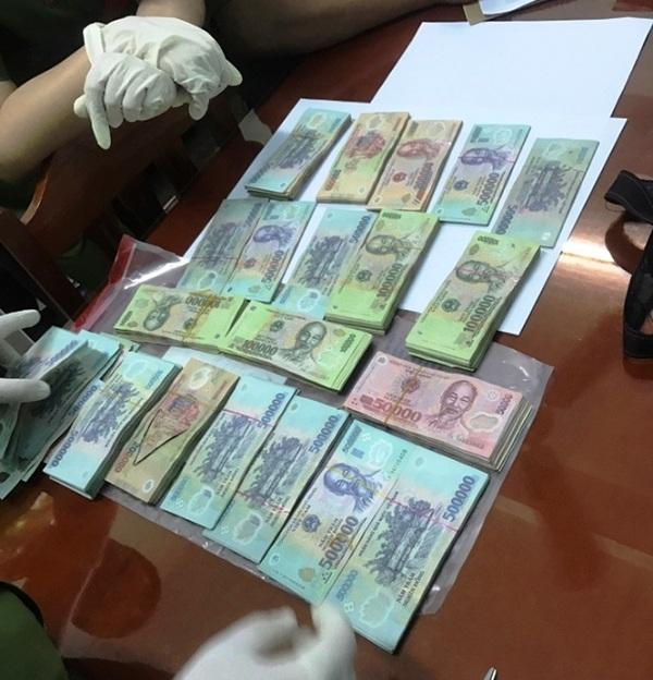 Số tiền hơn 292 triệu đồng được phát hiện trong túi xách của Nguyễn Quang Trường