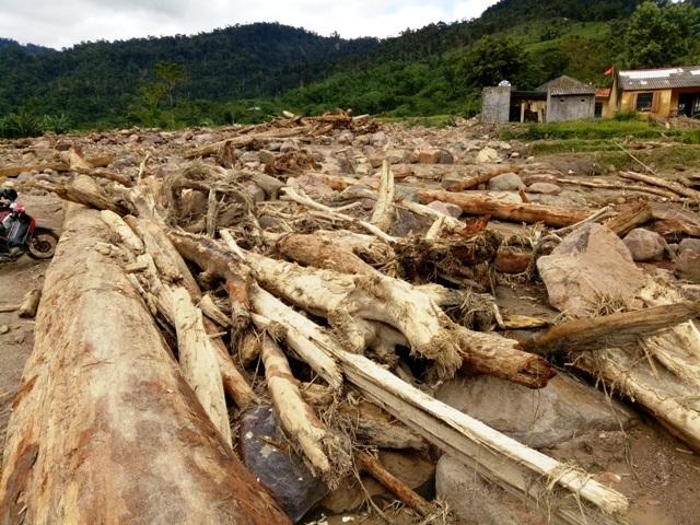 Cảnh tan hoang nơi nhiều bản làng ở xã Yên Khương, lũ rút, cuốn đi nhiều tài sản, để lại cho người dân nơi đây những đống đổ nát.