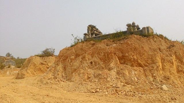 Các ngôi mộ bị đào bới tận chân khi vẫn chưa được đền bù - ảnh chụp năm 2015