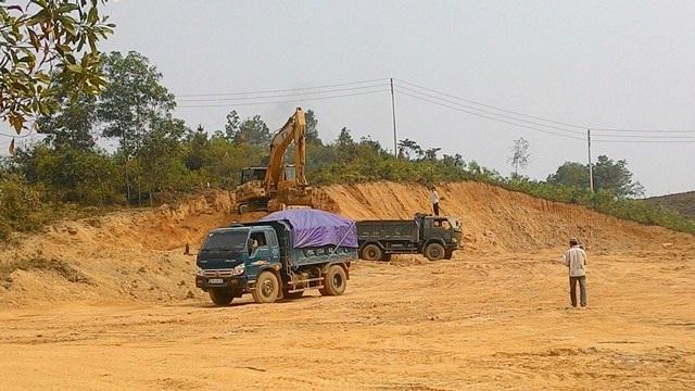 Các xe vận chuyển đất dôi dư trái phép ra ngoài của Dự án sân golf Thủy Dương thời gian trước