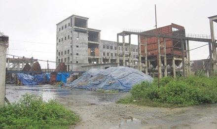 Thiết bị trị giá gần một nghìn tỷ đồng của Dự án thép Vạn Lợi bị bỏ không giữa nắng mưa.