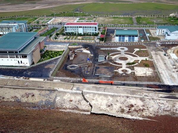 Trong đó nhiều công trình bị đe doạ, có thể bị vùi lấp hoặc phá vỡ cơ sở vật chất như Trung tâm Hội nghị văn hóa TX. Mường Lay, UBND TX. Mường Lay, sân vận động... (ảnh minh hoạ)