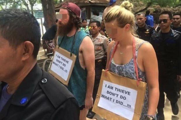 Du khách Australia bị đeo tấm biển với nội dung tương tự vì hành vi ăn cắp xe đạp trên một hòn đảo ở Indonesia