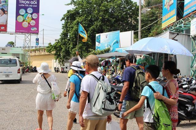 Cứ 10 khách quốc tế đến Việt Nam, có 3 người là khách Trung Quốc - 2
