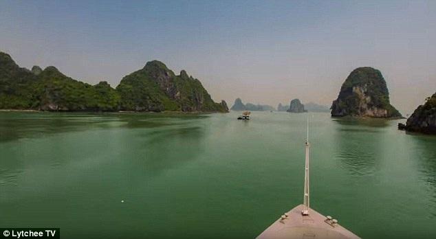 Vẻ đẹp lãng mạn mà hùng vĩ của vịnh Hạ Long chinh phục các du khách nước ngoài