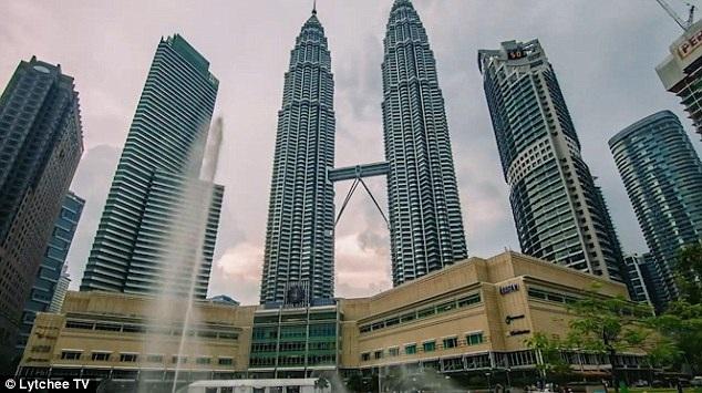 Những trung tâm mua sắm sầm uất ở Malaysia cũng là trải nghiệm thú vị với hai du khách người Thụy Sỹ