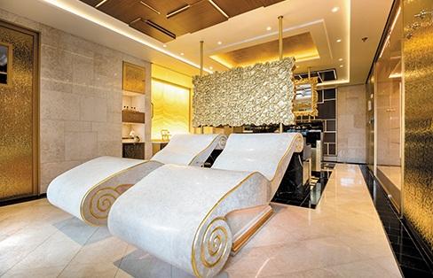 Tại các cabin hạng cao cấp nhất thậm chí còn được bố trí cả đàn piano, quầy bar, bể tắm sục và các món đồ nội thất được dát vàng.