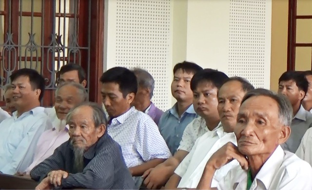 Rất đông người dân tới theo dõi buổi xét xử, trong khi đó ông Đậu Quang Hòa - Trưởng Công an xã, được mời đến tòa với tư cách là người có quyền lợi nghĩa vụ liên quan không có mặt