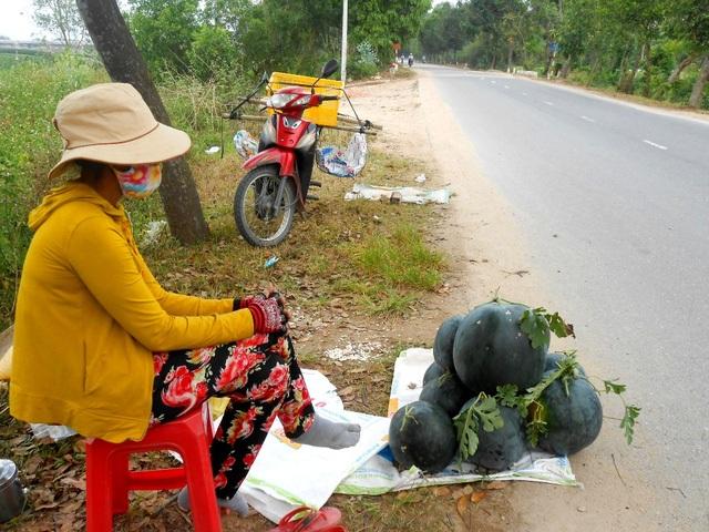 Dưa hấu ế ẩm, nông dân đưa ra đường ngồi bán (Ảnh: N. Linh)