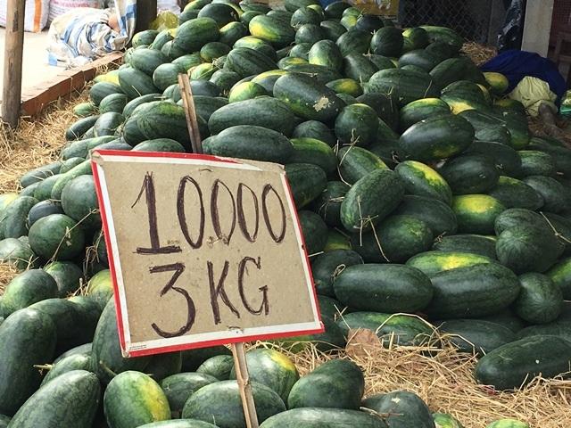 Dưa hấu rớt giá thảm, 10.000 đồng/3 kg (Ảnh: Minh Giang)