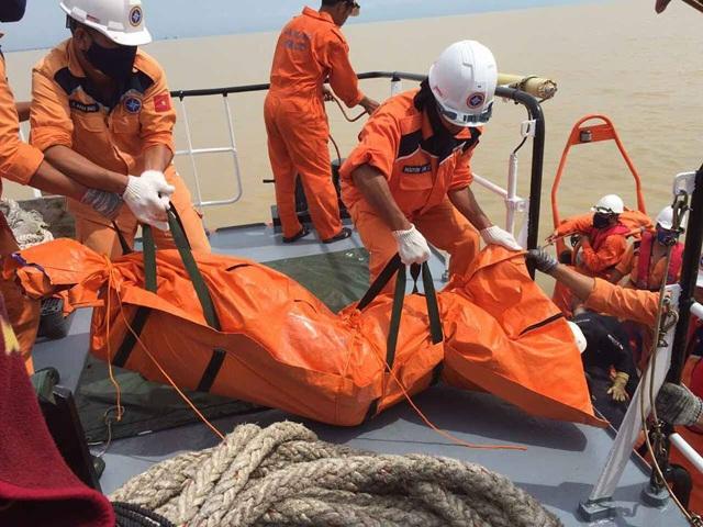 Thi thể một nạn nhân trong vụ chìm tàu chở than VTB 26 ở Nghệ An được đưa lên tàu cứu nạn. (Ảnh: Hoàng Lam).