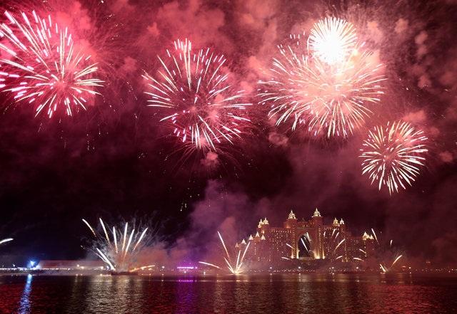Pháo hoa bừng sáng bên trên khách sạn Atlantis ở Dubai (Ảnh: Reuters)