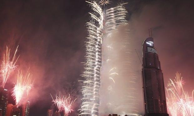 Pháo hoa thắp sáng tòa tháp cao nhất thế giới Burj Khalifa ở Dubai, Các tiểu vương quốc Ả-rập thống nhất (Ảnh: AP)