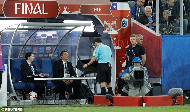 Trọng tài Milorad Mazic trong tình huống xem lại video tình huống trận đấu, điều diễn ra khá nhiều lần ở giải lần này