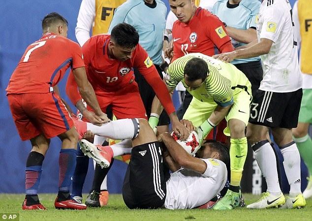 Tiền vệ Emre Can của Đức đau đớn sau một tình huống va chạm