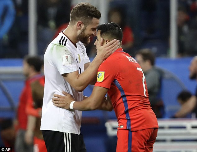 Hình ảnh đẹp của Mustafi và Alexis Sanchez, những người đồng đội ở Arsenal
