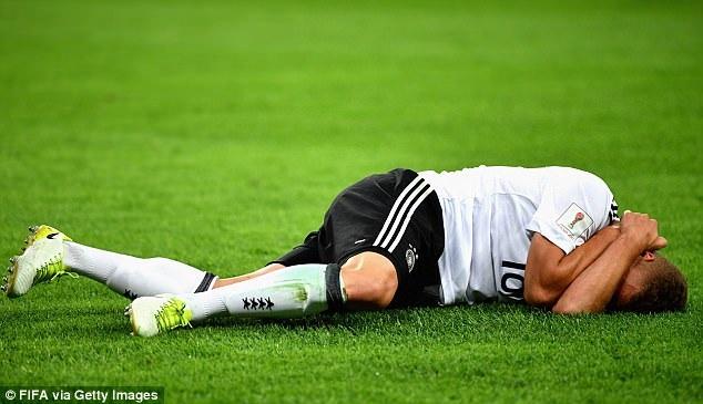 Cầu thủ Đức đau đớn nằm trên sân