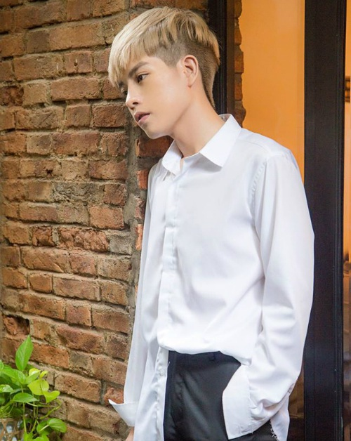 Đức Phúc sau hành trình thẩm mỹ thành công, bất ngờ nam ca sĩ chia sẻ hình ảnh mới với trang phục diện áo sơ mi trắng quần âu khoe vẻ đẹp trai, thư sinh.
