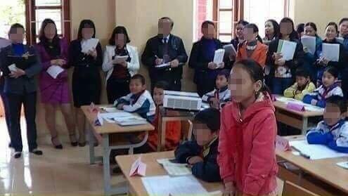 Những hình ảnh đông giáo viên cùng tham gia dự giờ tiết học từng gây ra rất nhiều tranh cãi trên mạng xã hội.