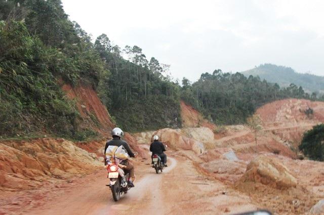 Đường đến trường men theo sườn núi quanh co, một bên là vực thẳm
