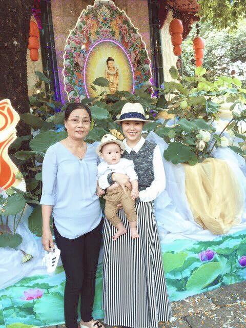 """Dương Cẩm Linh và con trai chúc Happy Mothers Day. Mong ngoại luôn nhiều sức khoẻ. Năm nay mẹ có Will nên được ba và Will chúc mừng mẹ""""."""