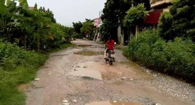 Người dân quá quen thuộc với cảnh lội nước giữa trời nắng ở tuyến đường này