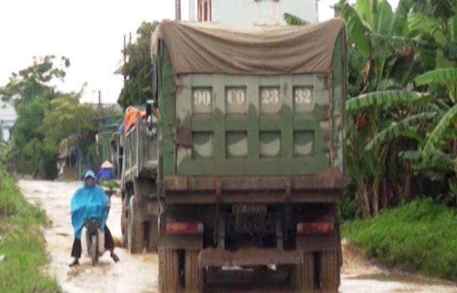 Xe tải cũng góp phần không nhỏ trước việc băm nát con đường này