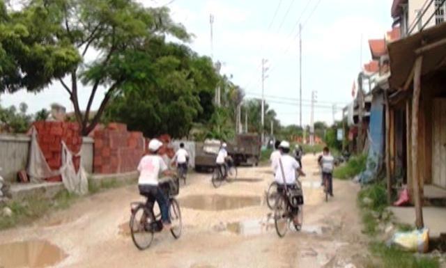 Trên tuyến đường ĐH05 này có đến 5 trường tiểu học và Trung học cơ sở, 2 trạm y tế, 2 trụ sở UBND xã, nên việc người dân không thể đi đường khác để đến nay.